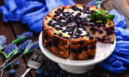 Gâteau aux bleuets sur un plateau blanc